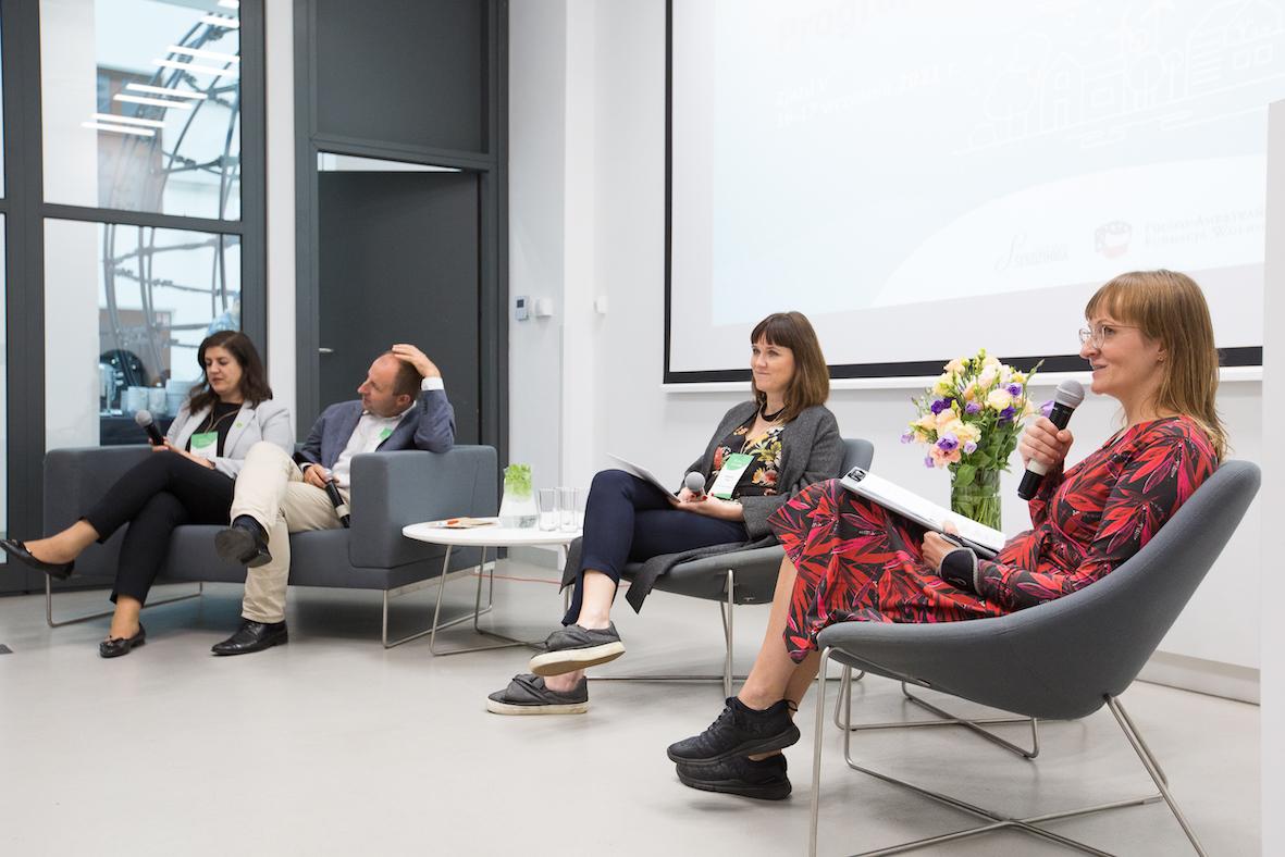 Panel dyskusyjny zudziałem kobiet imężczyzn.
