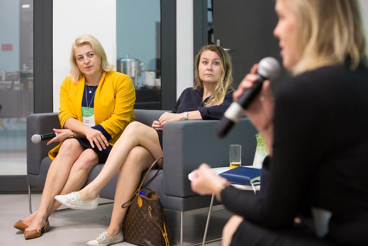 Trzy kobiety wpanelu dyskusyjnym.