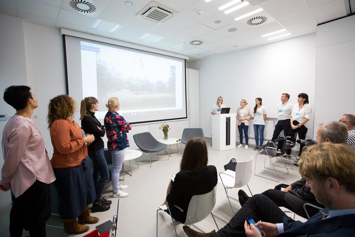 Prezentacja projektu przezgrupę osób nasali konferencyjnej.