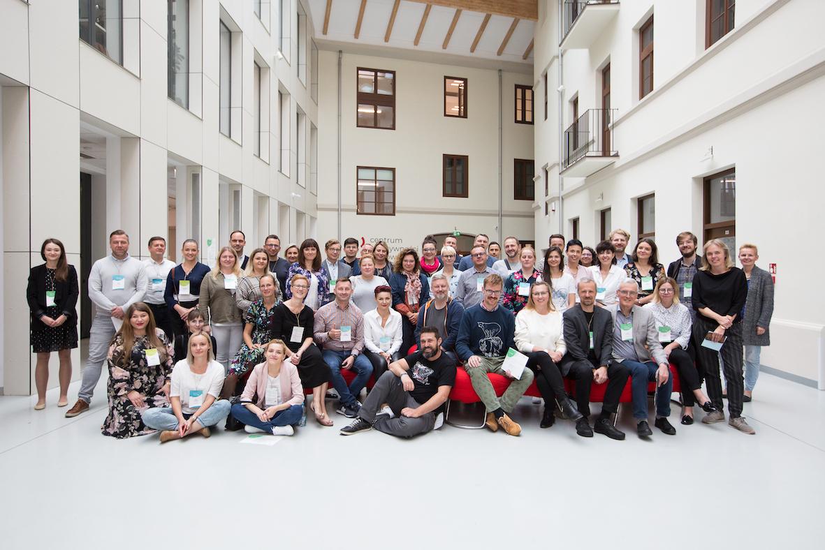 Zdjęcie grupowe uczestników konferencji.