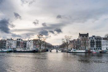 kamienice nad wodą w Amsterdamie